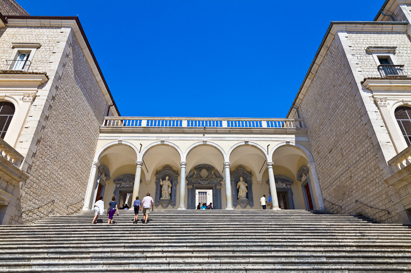 La scalinata del chiostro del Bramante