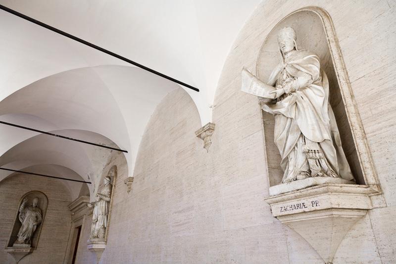 Le statue in marmo di papi e sovrani