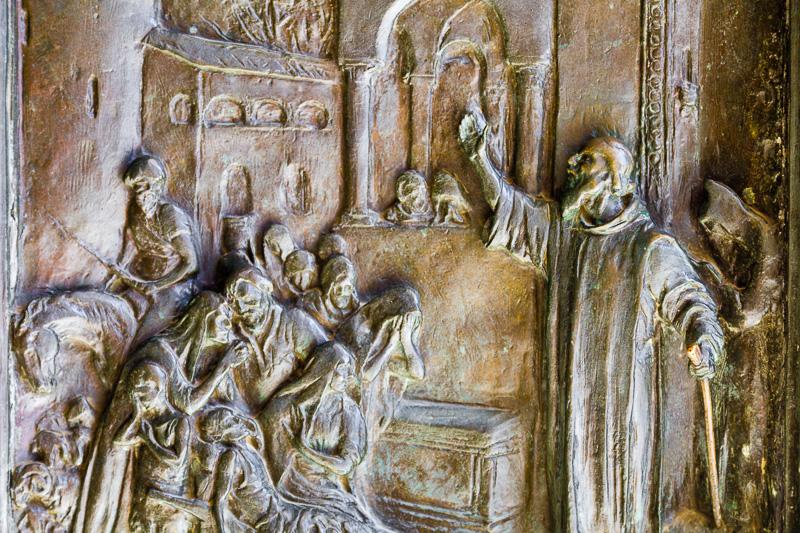 Una formella del portone della Basilica Cattedrale