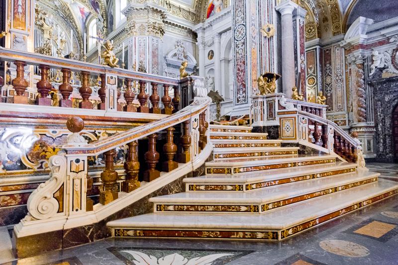 La scalinata in marmo della Basilica