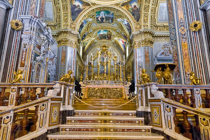 La scalinata e il presbiterio della Basilica