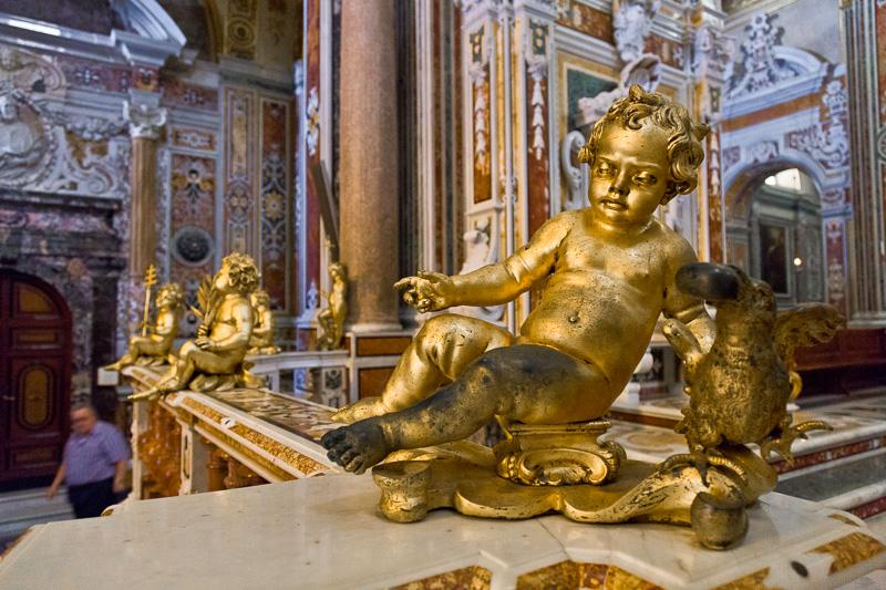 Statua di putto in oro