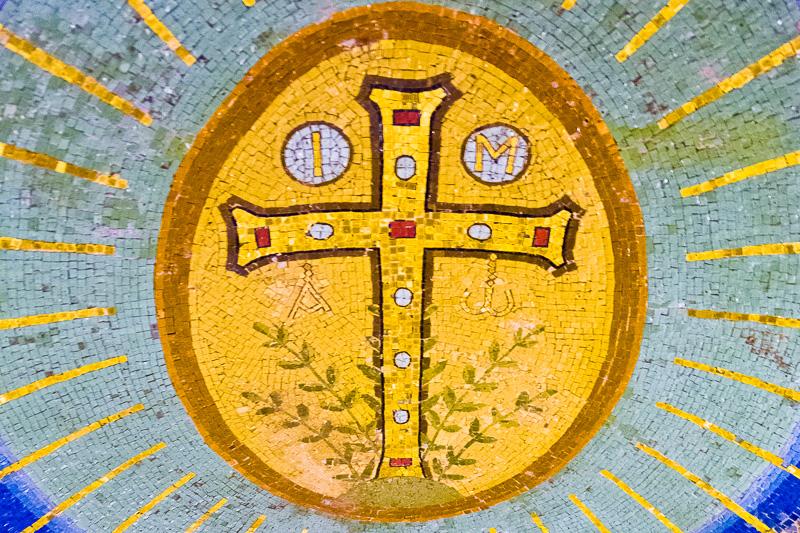 Il crocifisso a mosaico della Basilica