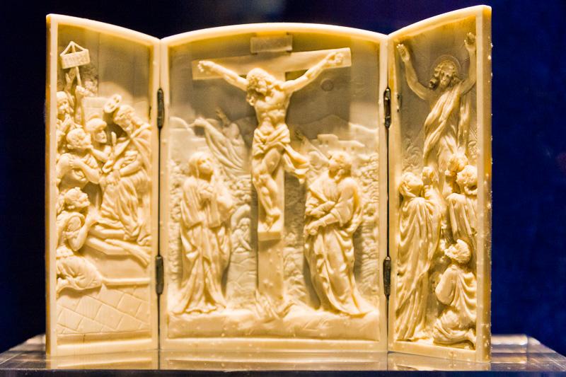 Trittico in avorio della passione di Cristo,