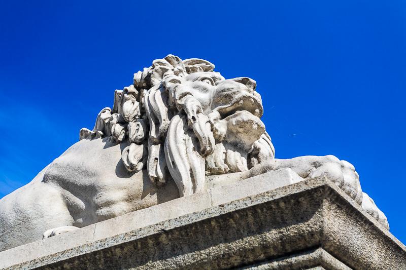 Statua di un leone sdraiato