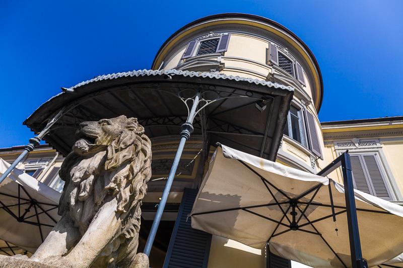 Un leone e un torrione di villa Durini