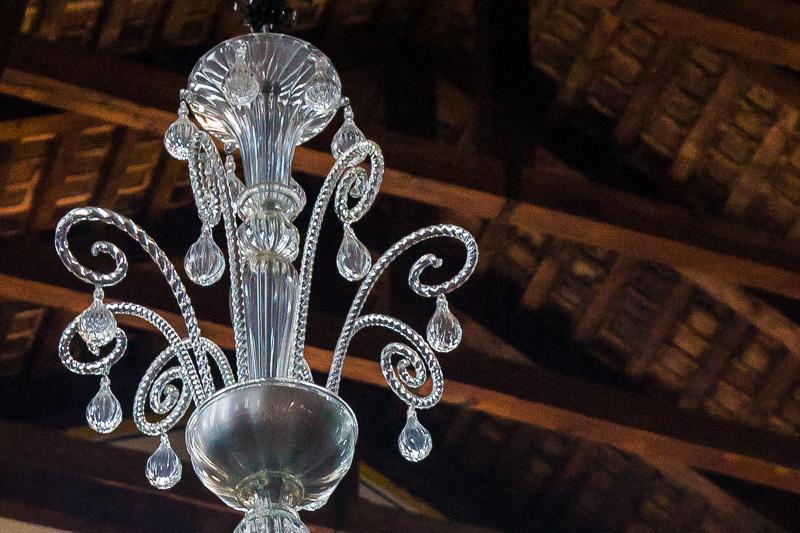 Un lampadario in vetro di murano