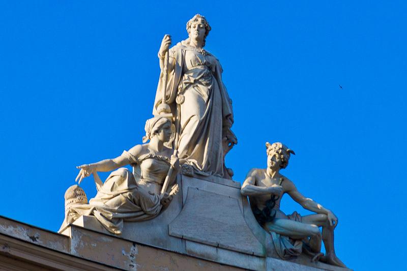 Il fastigio della facciata della Galleria Umberto I