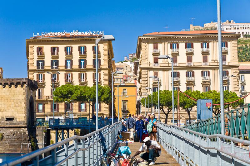 La passerella in ferro sugli scavi di piazza Municipio