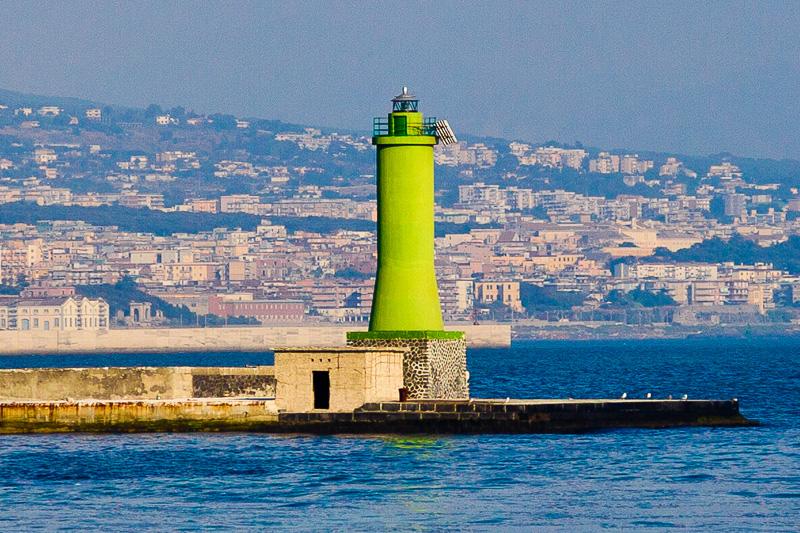 Faro verde del porto di Napoli