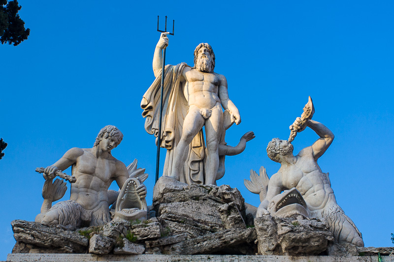 Statua della divinità Nettuno con il suo tridente fra due Tritoni