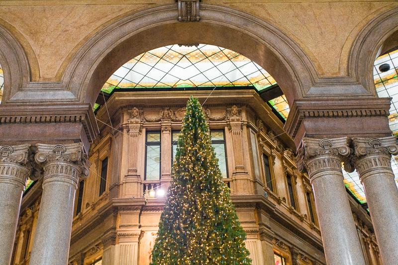 Albero di Natale nella galleria Alberto Sordi