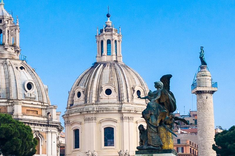 La cupola della chiesa di Santa Maria di Loreto e la chiesa del Santissimo Nome di Maria al Foro Traiano