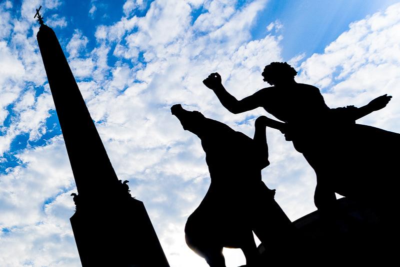 Controluce dell'obelisco con la fontana dei Dioscuri