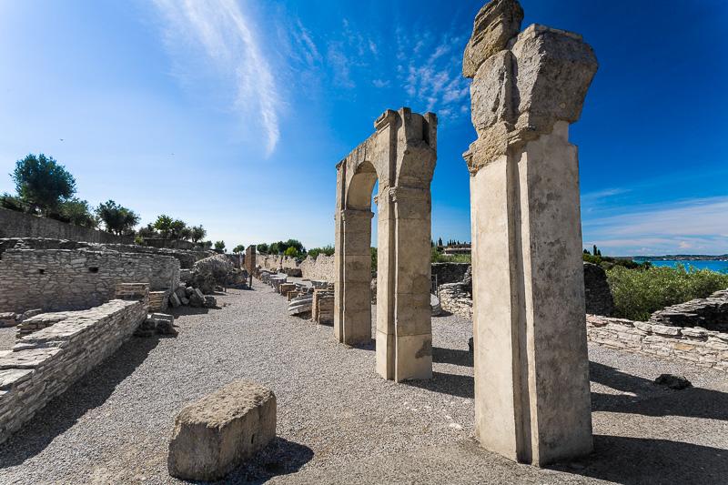 I resti dell'aula nelle Grotte di Catullo