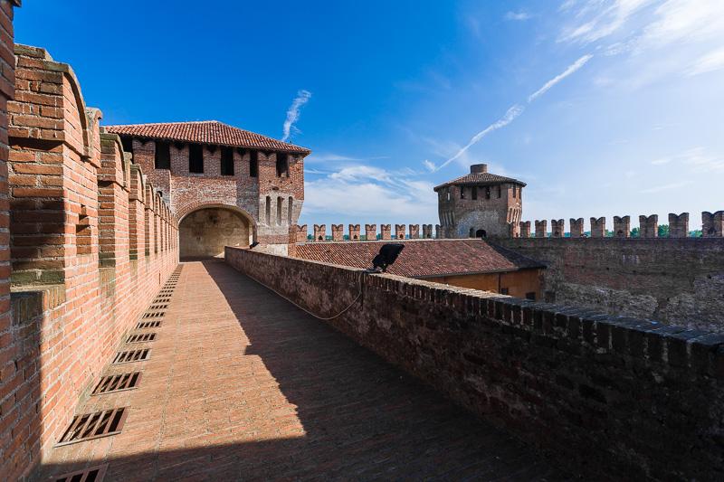Il camminamento rialzato del castello