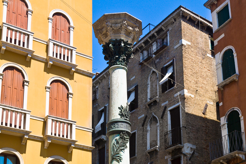 Colonna con capitelo corinzio