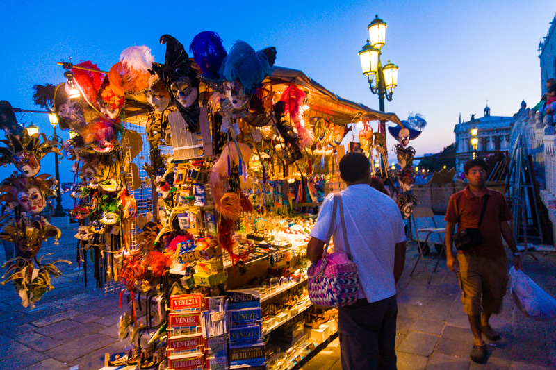 Bancarella di souvenir veneziani